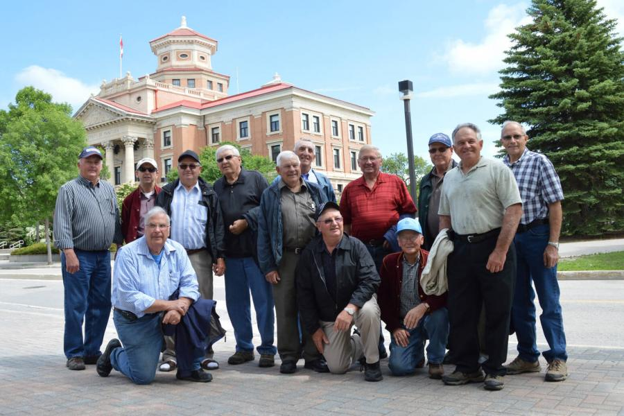 Group of alumni in front of administration building.