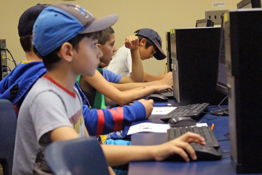 A class of Mini U juniors working in a computer lab.