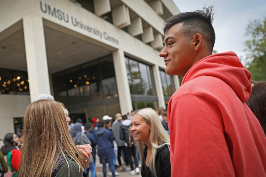 A large gathering of students congregate outside the University of Manitoba Student Union University Centre on Welcome Day.